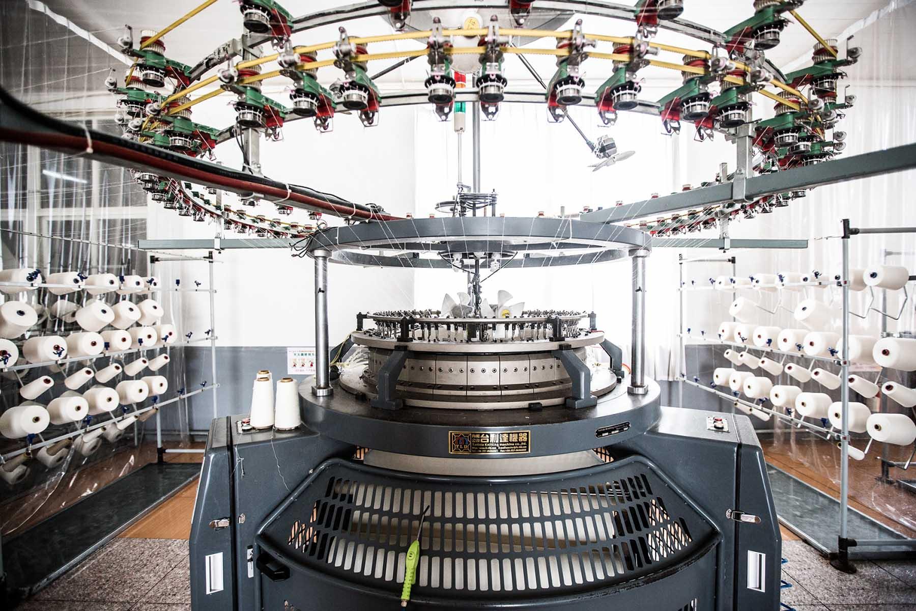 Das Foto zeigt einzelne gesponnene Fasern in einer Maschine zur Fashion Revolution Week