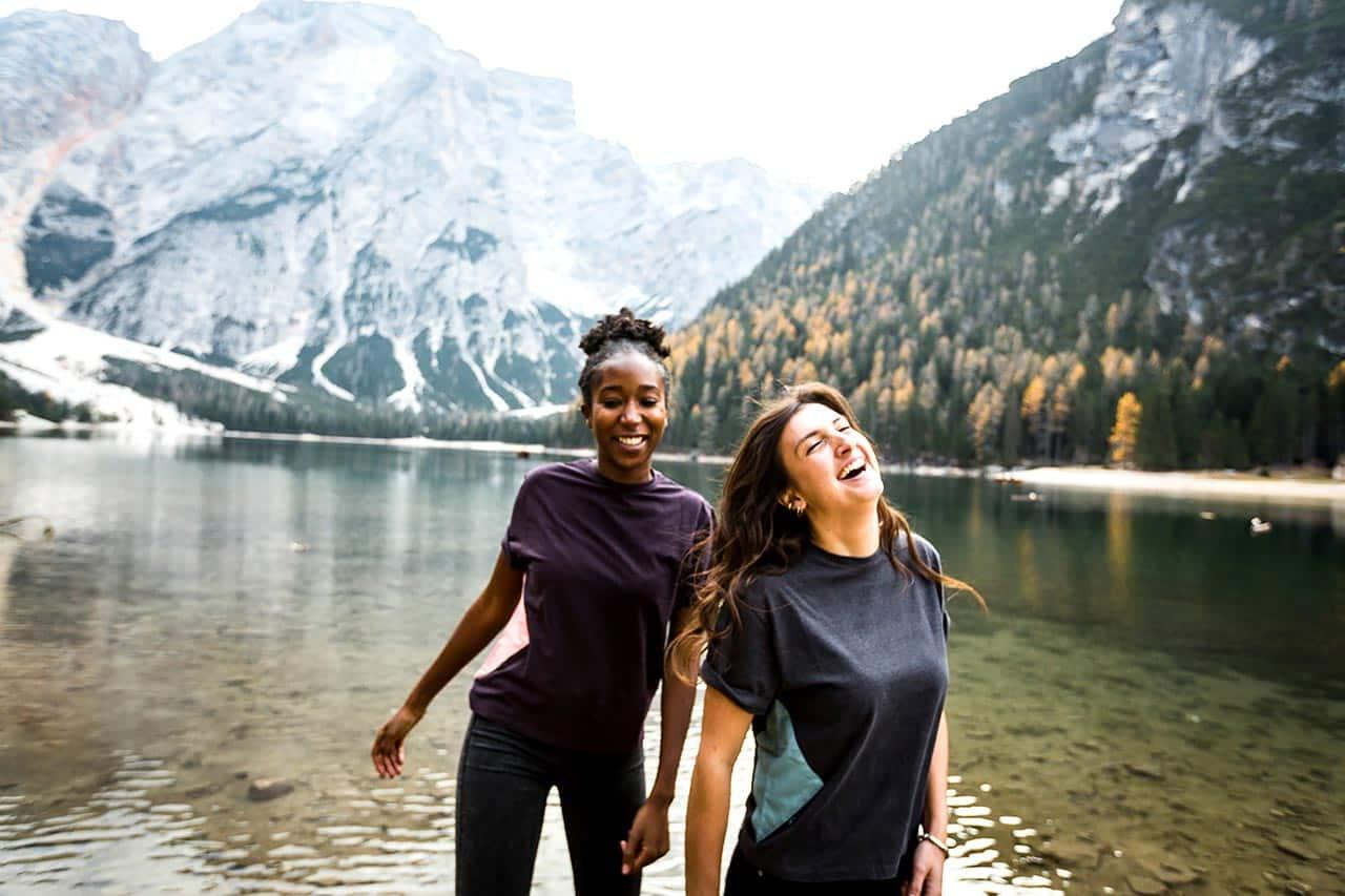 Das Bild zeigt ein Mädchen das vegan, fair und nachhaltig produzierte Mode am Pragser Wildsee in Südtirol trägt